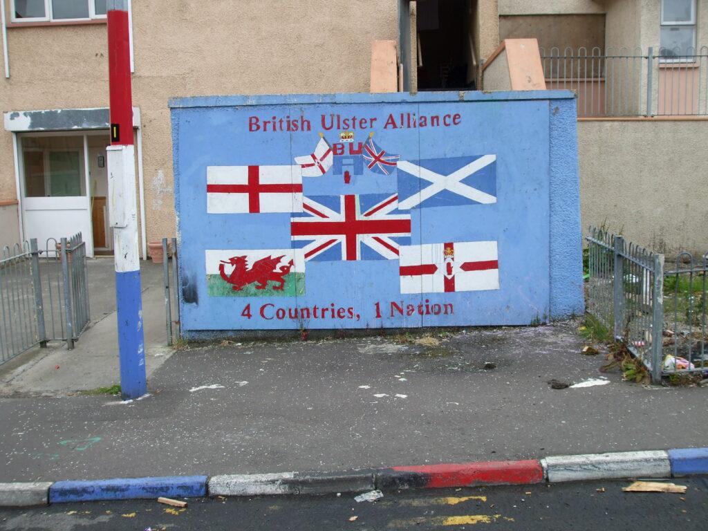 Fánar Englands, Skotlands, Wales and Ulster umkringja breska fánann