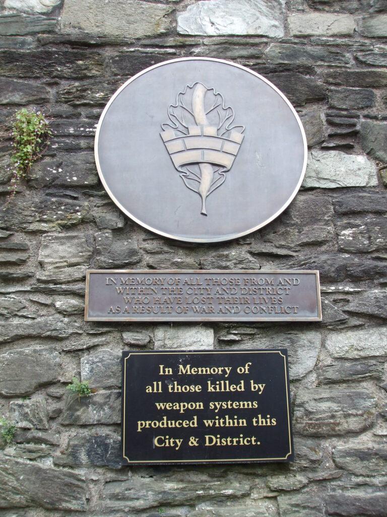 Saga ofbeldsins í Derry vekur allavega suma til meðvitundar um almenn áhrif vopnaframleiðslu